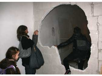 Rémi Groussin, <i>Wall of Death</i>, 2011 -  Dispositif de destruction programmée, mur en béton cellulaire.